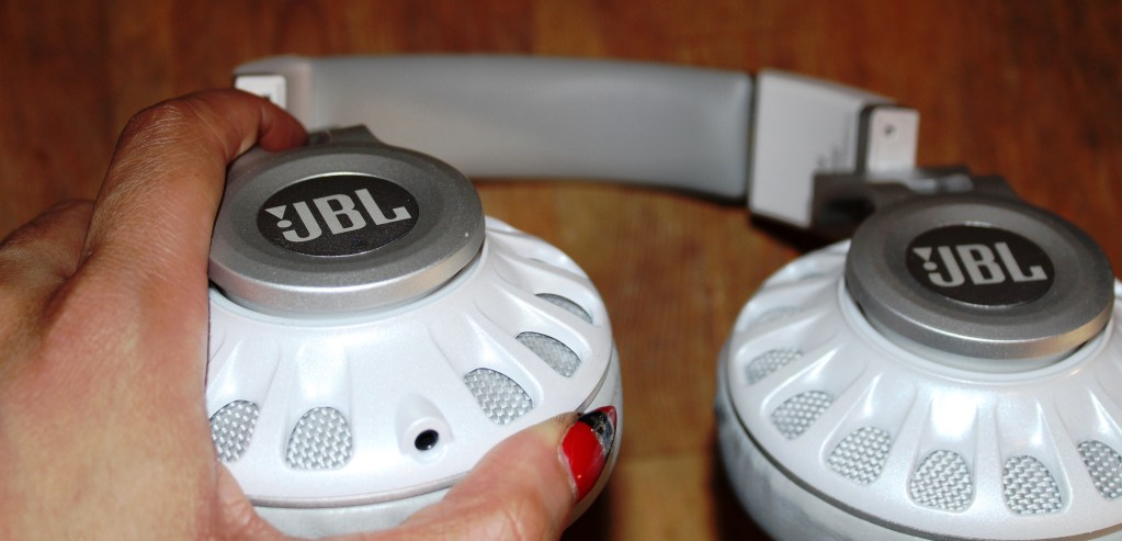 JBL Synchros S700  Headphones  Review -JBL-Synchros-S700-Analie-Cruz (10)
