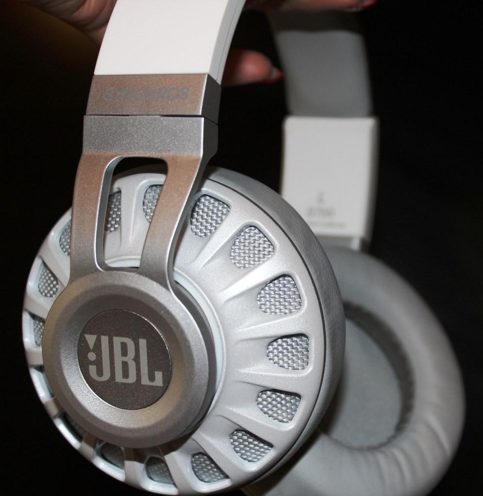 JBL Synchros S700  Headphones  Review -JBL-Synchros-S700-Analie-Cruz (16)