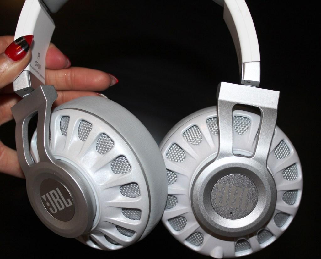 JBL Synchros S700  Headphones  Review -JBL-Synchros-S700-Analie-Cruz (17)