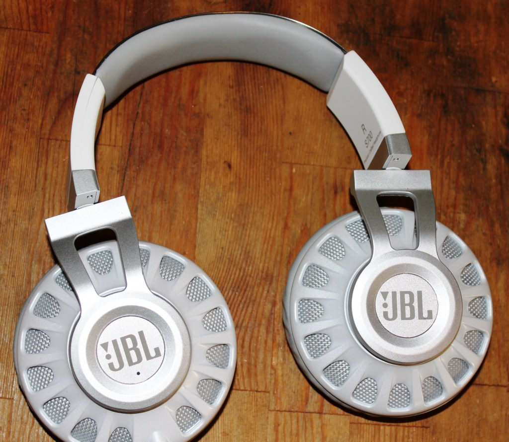JBL Synchros S700  Headphones  Review -JBL-Synchros-S700-Analie-Cruz (2)